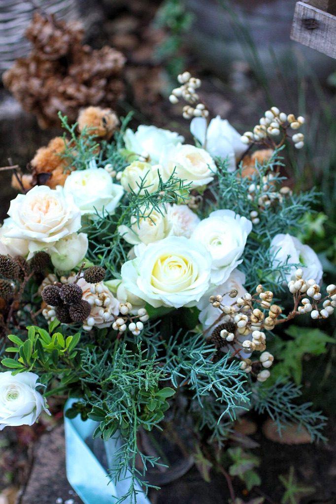 モコモコのファーのマントを纏った花嫁のためにヒバや木の実を束ねた冬のブーケ。(ブーケコースより)